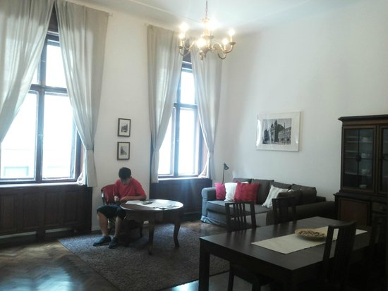 Kadar Apartments : Living room plus dining area