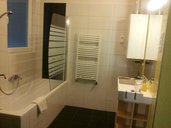 Kadar Apartments: Bathroom