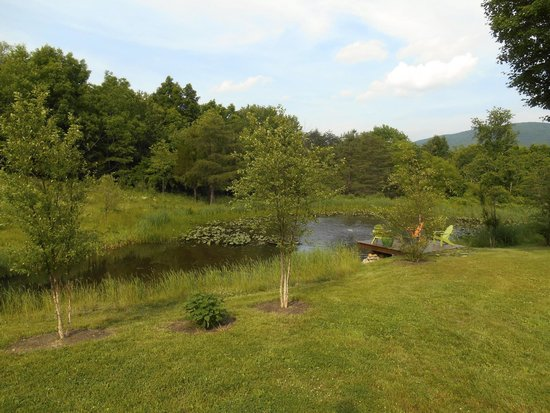 The Depot Lodge: Pond by the glamping tent