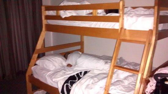 La Quinta Inn & Suites Anaheim: boys knocked out in bunk beds