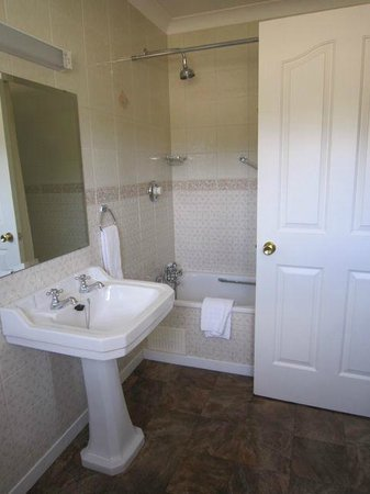Sallyport House : Large bathroom