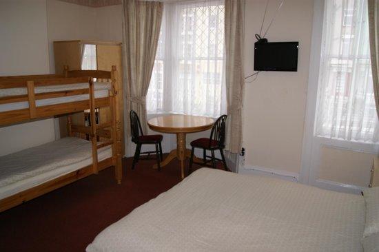 Marina Guest House: Family room bunks