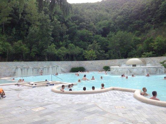Piscina con idromassaggio foto di complesso termale - Suio terme piscine ...