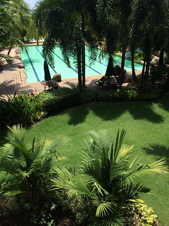 Rosario, Filippinerna: Nice garden and big clean pool with slide