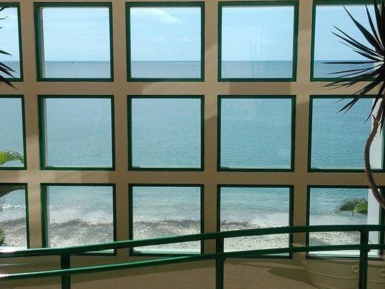Barceló Salinas: Acceso a la playa desde paso a desnivel sobre av Malecón.