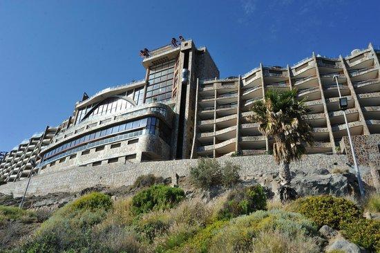 Gloria Palace Amadores Thalasso & Hotel: Hôtel vu depuis la promenade