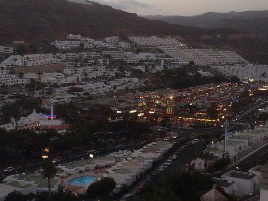 Cabau Cala Nova : View 2 the right over lookin the shoppin centre