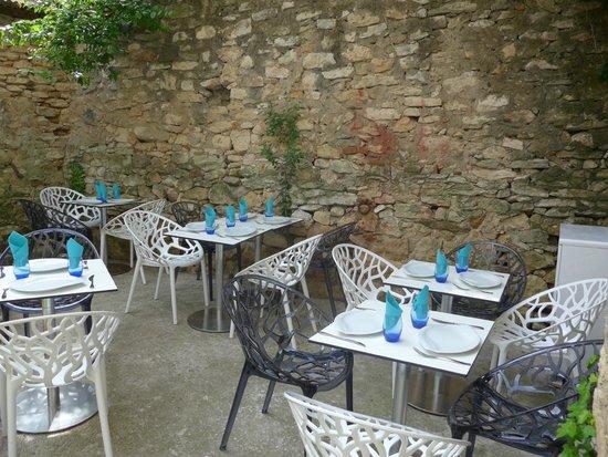 Gelateria L'Orsu Biancu: Notre charmante petite cour ombragée à l'extérieur