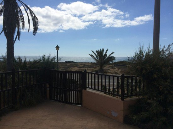 Hotel Elba Sara: Rear to beach walk