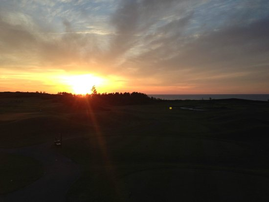 Rodd Crowbush Golf & Beach Resort: Sunset over golf course