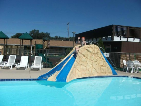 Black Hawk Motel & Suites: Water slides inside and outside!
