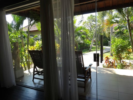 Adi Assri Beach Resort & Spa Pemuteran: entrance of bungalow is completely glass