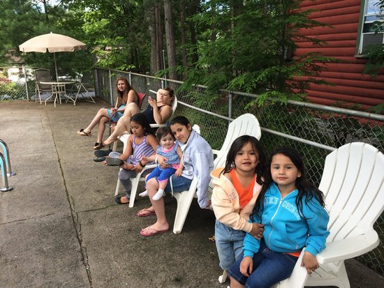 Mountain View Cottages : Girls poolside fun