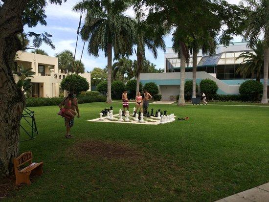Pier Sixty-Six Hotel & Marina: chess/swing