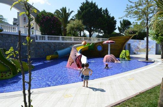 Tusan Beach Resort: Pirate Ship Water Slides