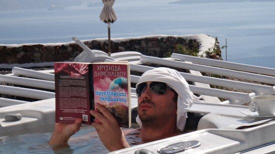 Art Maisons Luxury Santorini Hotels Aspaki & Oia Castle: Reading Time