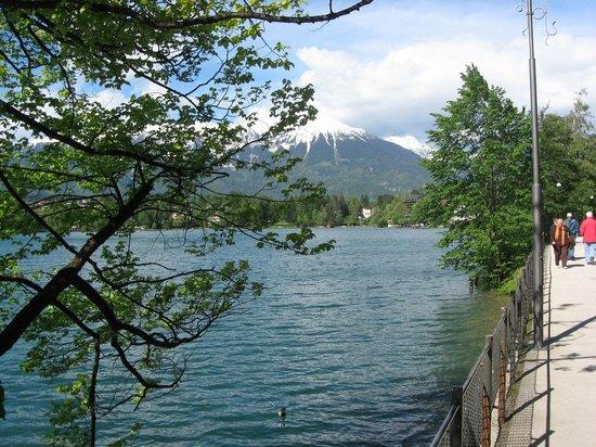 Bled Island : Caminata hacia el embarcadero.