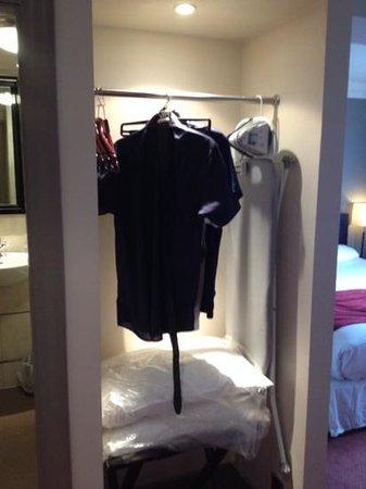 Greswolde Arms Hotel: wardrobe