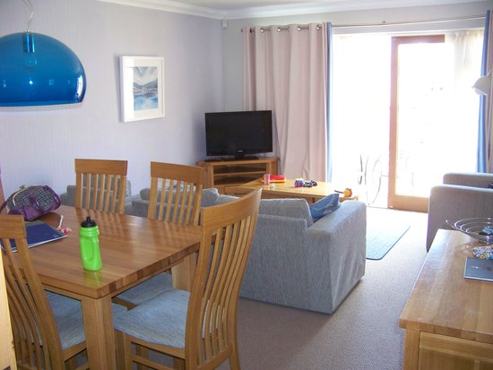 Colwell Bay Holiday Cottages: Lounge area