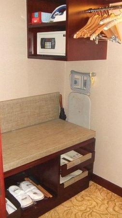 Days Hotel & Suites Xinxing Xi'an: Garderoba