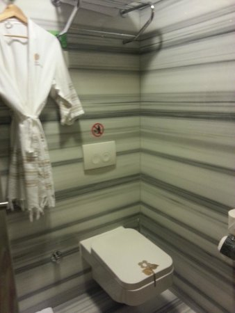 Hotel Sultania: marble wall bathroom with bath robes