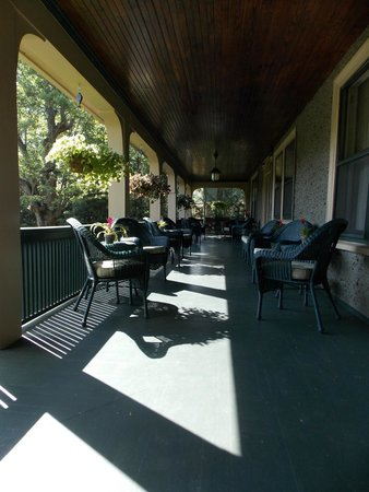 1900 Inn on Montford: Enjoyed the big front porch