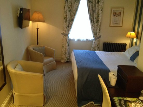 The White Horse Hotel and Brasserie: Large comfy bed