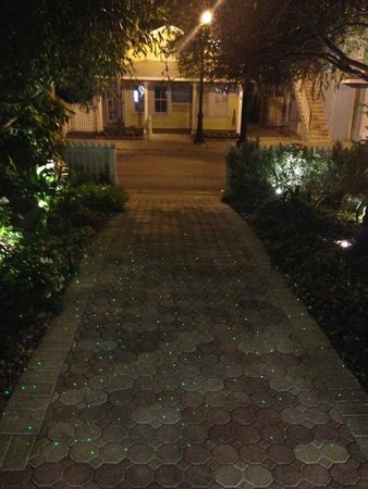 Almond Tree Inn: Nice touch - green laser lights on pathways.