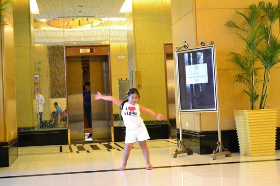 Holiday Inn Manila Galleria : Lobby Area (My Daughter)