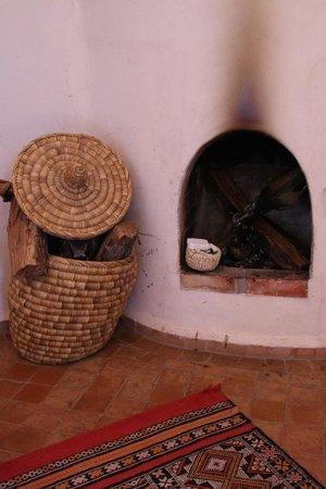 Le Jardin des Douars: cheminée dans la chambre