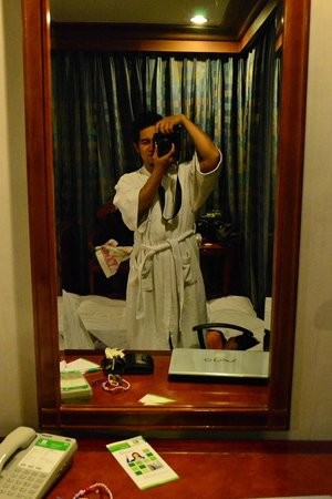 Holiday Inn Manila Galleria : Bed Room Mirror