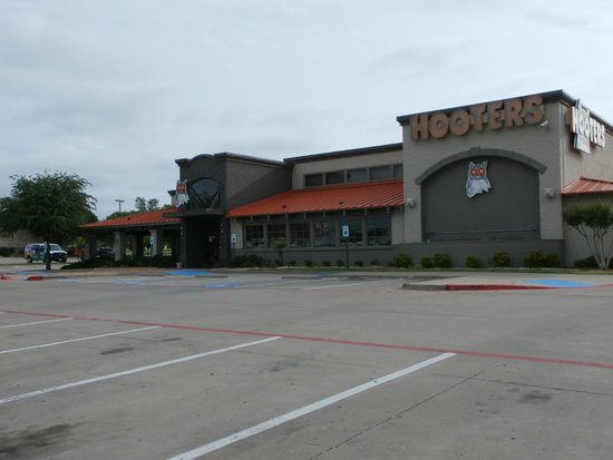 Hooters: Building exterior
