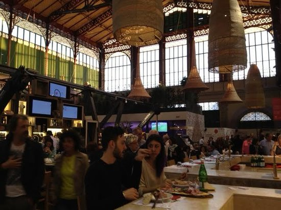 MCF Mercato Centrale Firenze : Mercato Centrale upstairs open dining area, bar in center