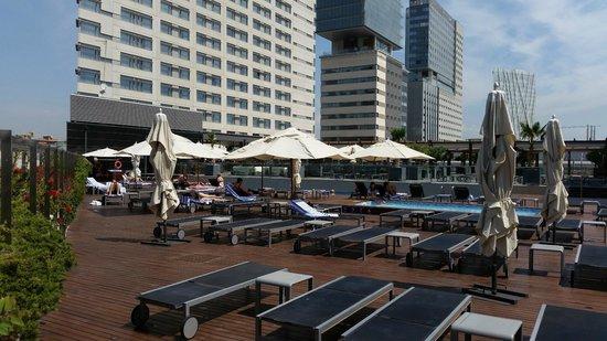 Hilton Diagonal Mar Barcelona: The pool area