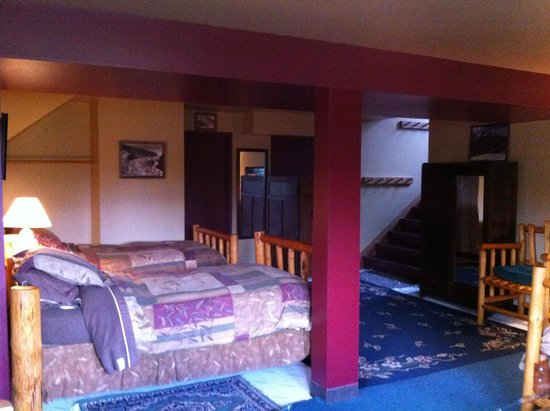 Kicking Horse Canyon B&B: basement room