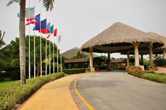 Sirenis Punta Cana Resort Casino & Aquagames : Devanture de l'hôtel