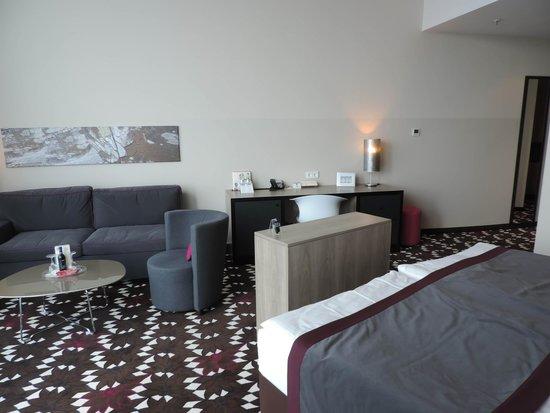 Mercure Hotel MOA Berlin: Suíte grande, TV imbutida grande, não pega USB