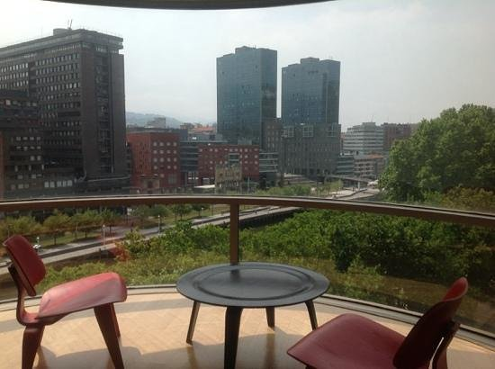 Barceló Bilbao Nervión: Suite 747. vistas desde el sofá
