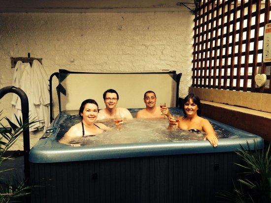 Arandale Guest House: Hot tub fun;)