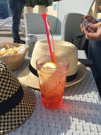 Hotel Villa Sanfelice: aperol spritz at the pool bar