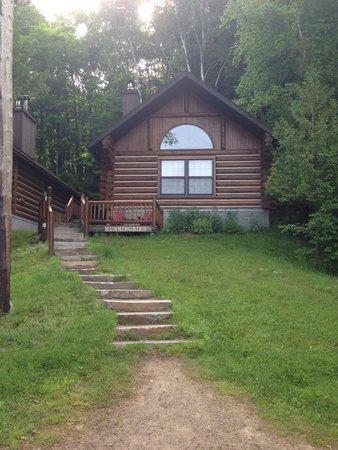 Cedar Grove Lodge: Hummingbird cabin, right across from the beach