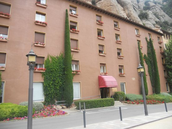 Hotel Abat Cisneros: vista frente hotel