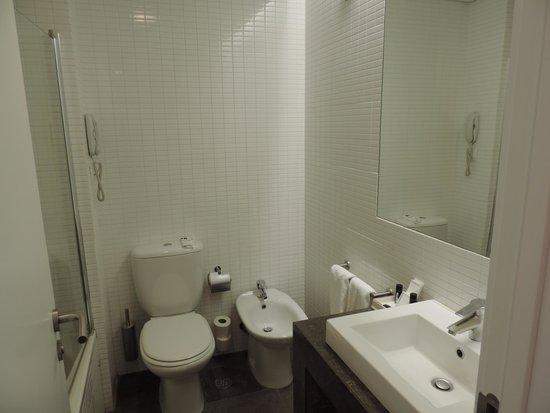 Lutecia Smart Design Hotel : Banheiro espaçoso com banheira