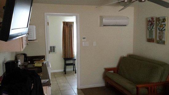 Madison Avenue Beach Club Motel: Looking towards bathroom