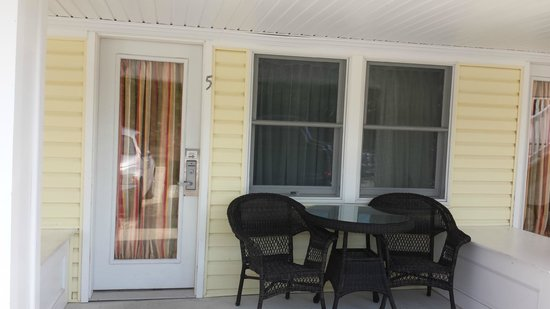 Madison Avenue Beach Club Motel: The front porch of the room