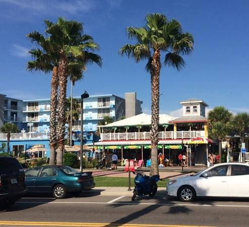 Crabby's Beachwalk Bar & Grill : facing the Gulf and as close to the water as you can get