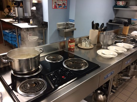 HI Washington DC Hostel: Giant kitchen! :) I felt like Gordon Ramsey was going to walk in at any moment!
