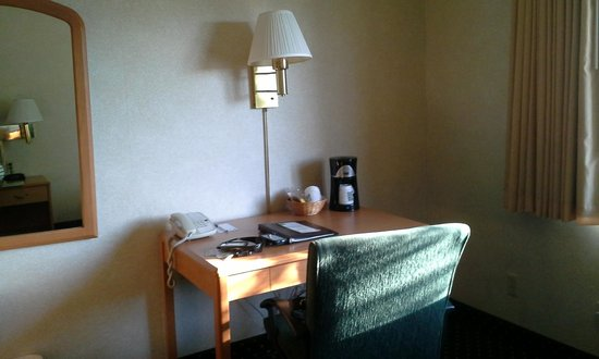 Quality Inn: Room desk with coffee maker & tea bags