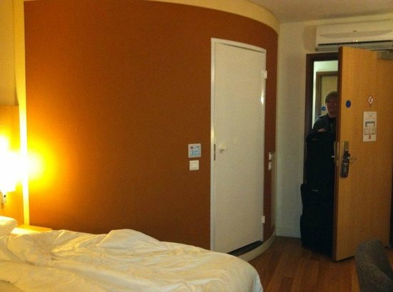 Ibis Belfast City Centre: I'm standing by the second bed looking back at the door and the bathroom