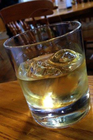Bushmills Distillery: whiskey in the tasting room!